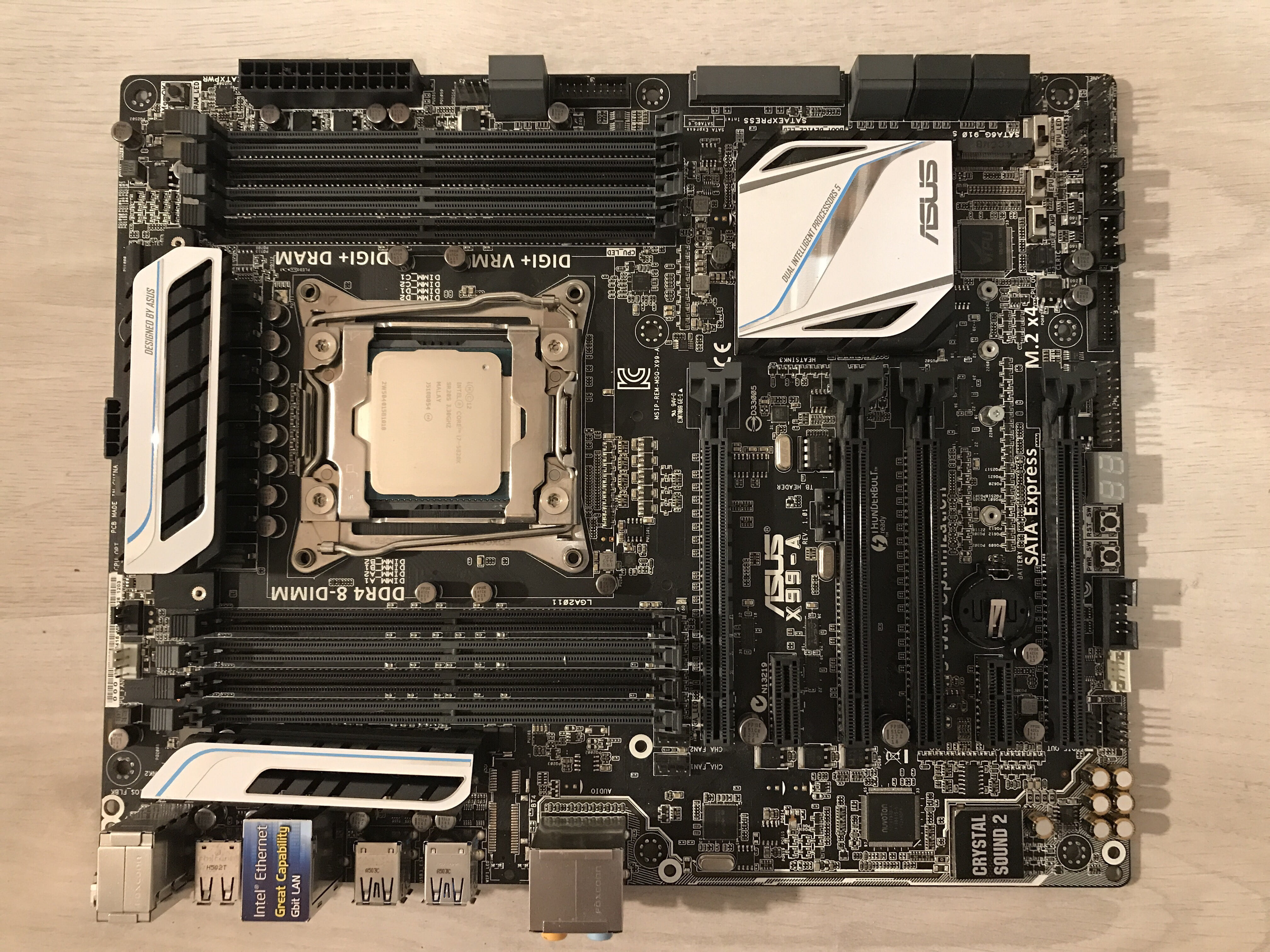 Placa de baza din componenta unei unitate PC de gaming