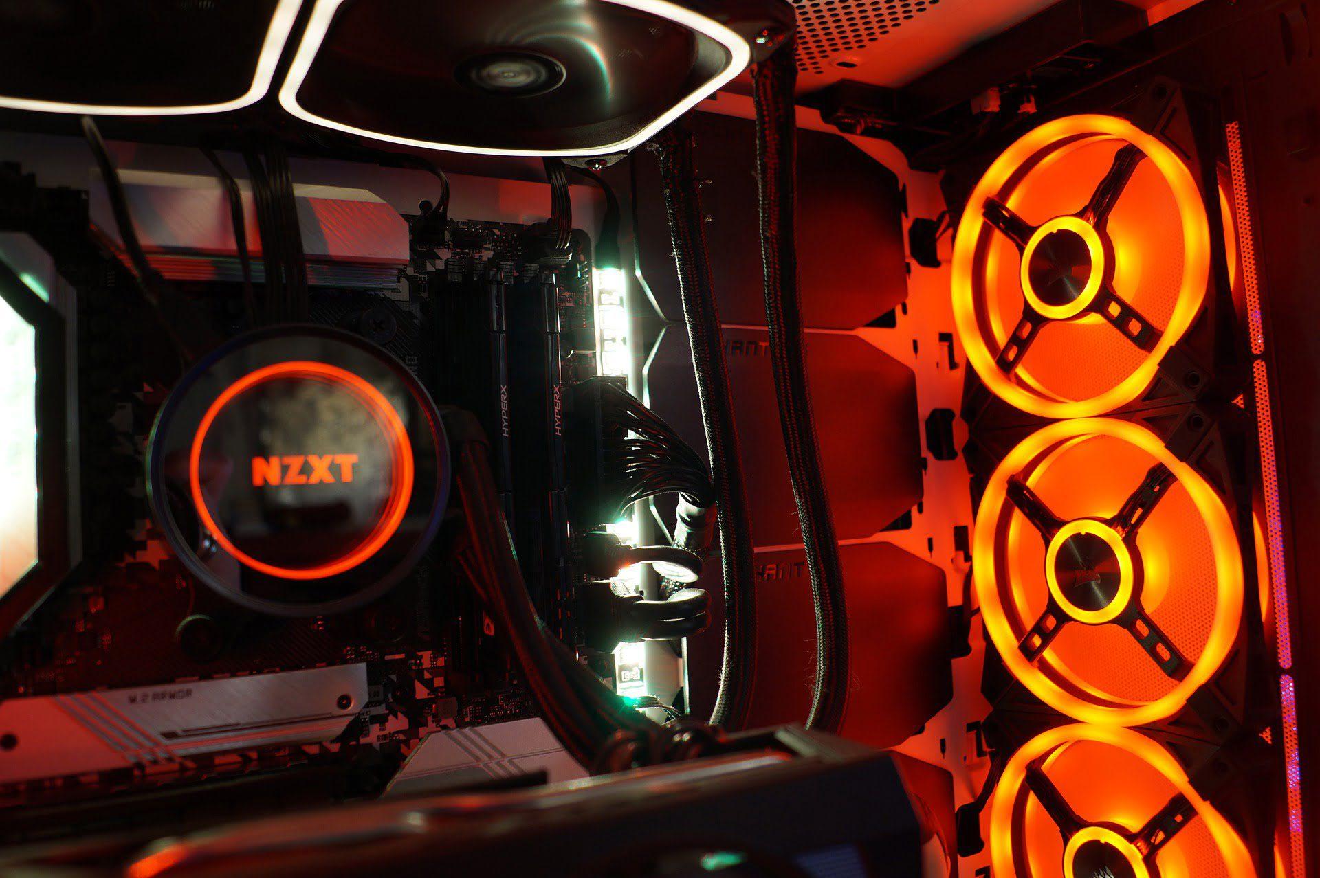 Ventilatoarele unui desktop PC pozitionate pentru un flux bun de aer